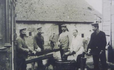 Corvee bois cour ancien relais postal