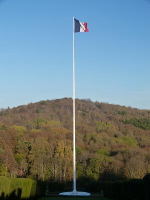 Mat et drapeau de la nécropole